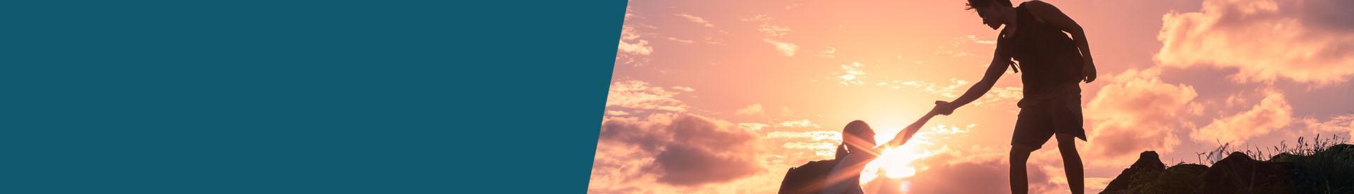 człowiek dźwigający świnkę skarbonkę - zachód słońca